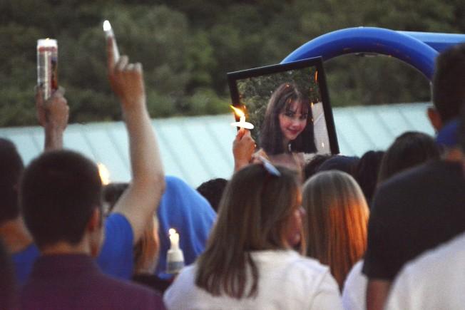 紐約上州優地加社區民眾,日前聚集悼念網紅少女比安卡‧德溫斯。(美聯社)