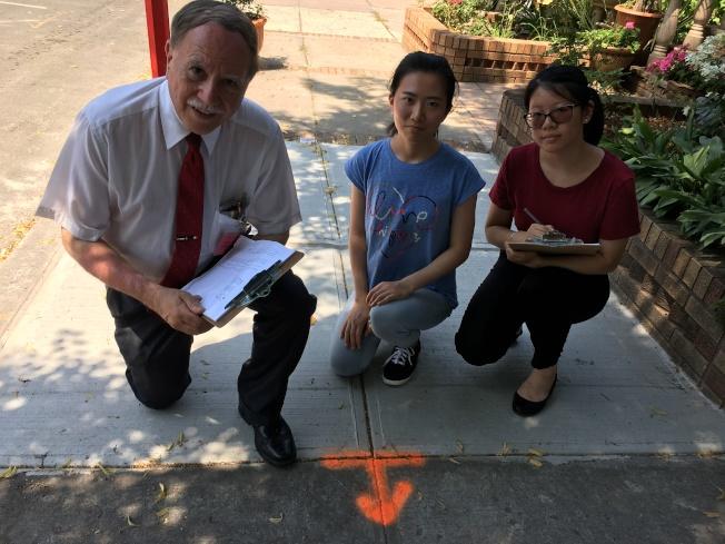 寇頓呼籲民眾查看自家門前是否留有橙色記號。(寇頓辦公室提供)