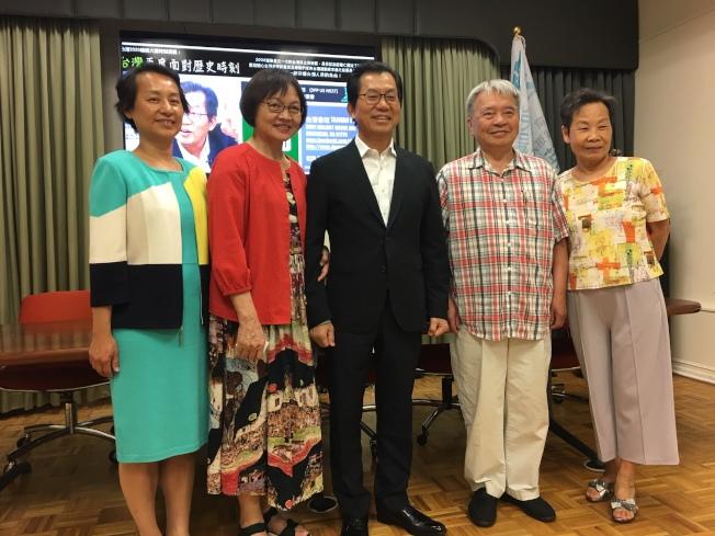 曾任駐美副代表的前環保署長李應元(中)17日在台灣會館演講。(本報記者/攝影)