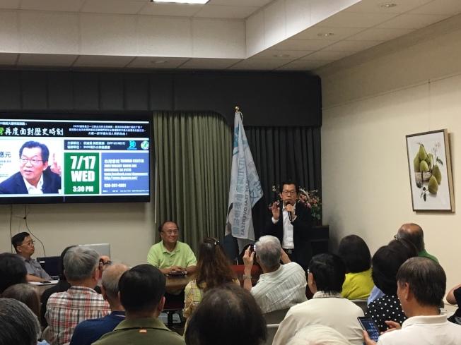 李應元(中)17日在台灣會館演講。(本報記者/攝影)