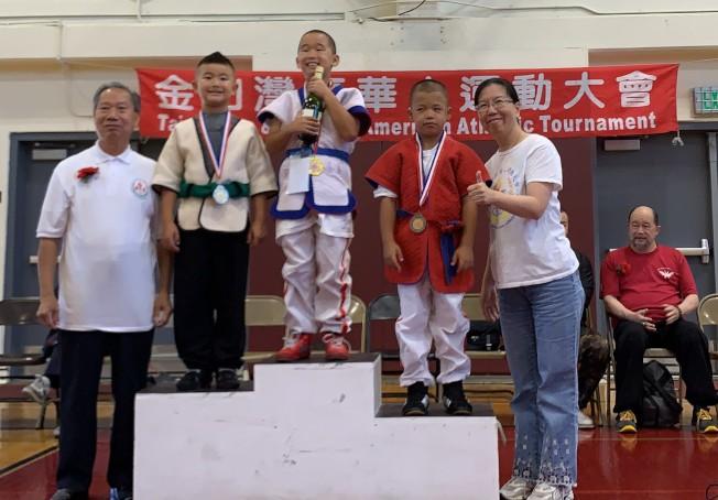 南海岸中華文化中心青少年摔跤隊的Roy Feng(圖中)獲少年輕量級金牌。(南海岸中華文化中心提供)