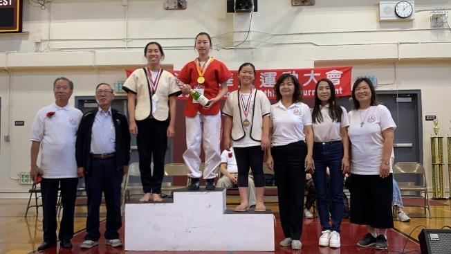 南海岸中華文化中心青少年摔跤隊的何沐璘(圖中)贏得女子羽量級金牌。(南海岸中華文化中心提供)
