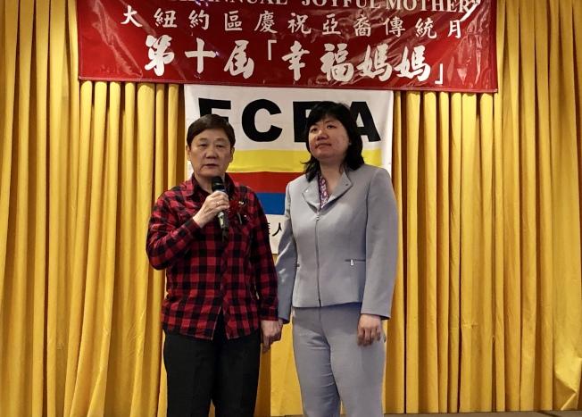 張春華(左)和孟竹君(右)受邀參加法拉盛華商會第十屆幸福媽媽活動,感謝社區各界對她們的支持和幫助。(記者朱蕾/攝影)