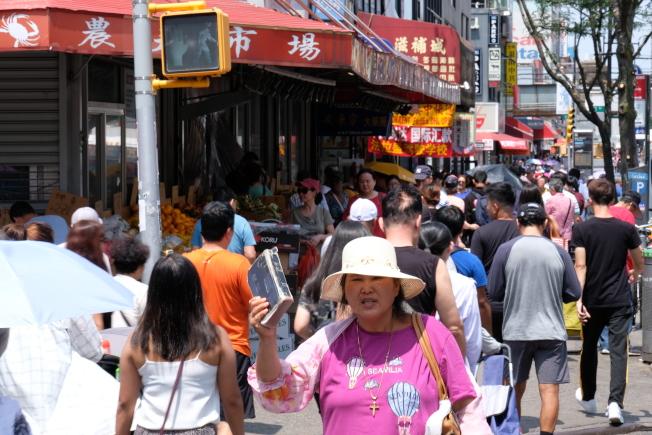 熙來攘往的紐約市皇后區法拉盛街頭,新移民來自台海兩岸三地甚至東南亞。(記者曹健╱攝影)