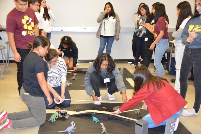 暑期營女孩們鋪設機器人行駛軌道。(記者丁曙/攝影)