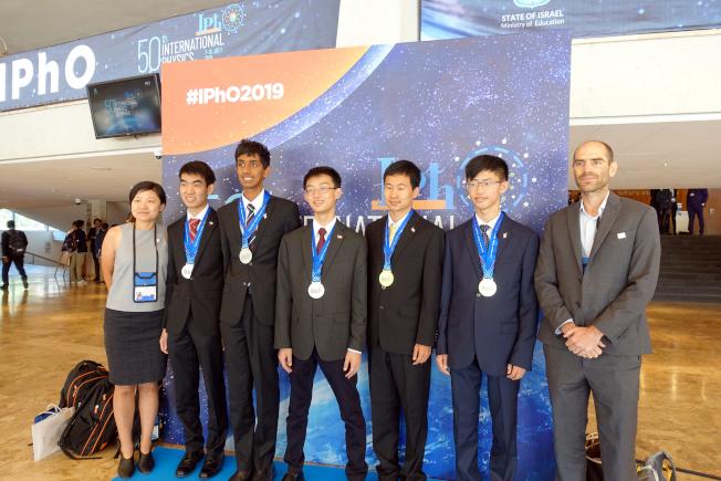 美國物理奧林匹克代表隊載譽歸來,(左起)董佳佳 (學術總監), Edward Lu、Sanjay Raman、秦艾伯、陳雙羽、Vincent Bain和Mark Eichenlaub (教練)。(美國物理教師協會提供)