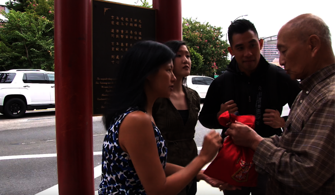 金光黨往往三五成群圍攻華裔耆老。圖為示意圖片。(洛杉磯縣檢察官辦公室提供)