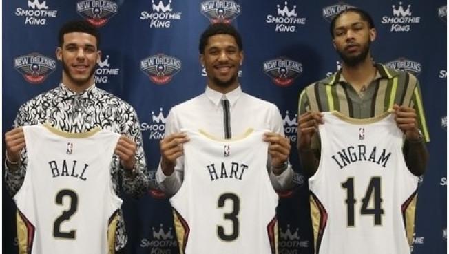 鮑爾(左起)、哈特、英格倫在鵜鶘隊記者會亮相新戰袍。(NBA官網)