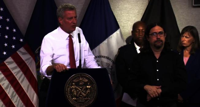 白思豪宣布紐約市進入熱浪預警,全市500個避暑中心開放。(市長辦公室提供)