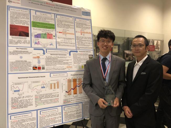 楊桂鴻(左)與指導老師沈禮華。(記者張晨/攝影)