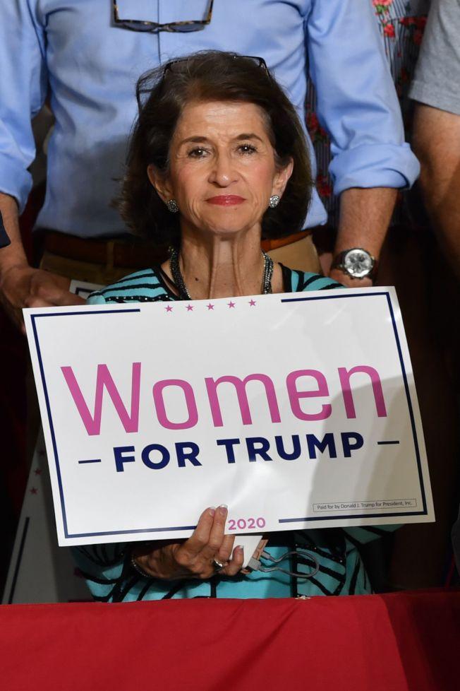 川普總統17日到北卡羅萊納州造勢,川粉舉著「婦女支持川普」的標語牌到場。(Getty Images)