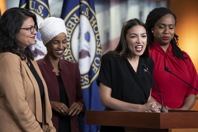 川普抨擊四位國會新進議員,引起政治風暴。圖為特萊布(左起)、歐瑪、歐凱秀-柯提茲、普斯莉。(美聯社)  Trump Democrats U.S. Rep. Alexandria Ocasio-Cortez, D-N.Y., speaks as, from left, Rep. Rashida Tlaib, D-Mich., Rep. Ilhan Omar, D-Minn., and Rep. Ayanna Pressley, D-Mass., listen during a news conference at the Capitol in Washington, Monday, July 15, 2019. President Donald Trump on Monday intensified his incendiary comments about the four Democratic congresswomen of color, urging them to get out if they don't like things going on in America. They fired back at what they called his