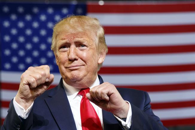 川普總統17日到北卡羅萊納州造勢,擺出一副準備戰鬥架勢。(美聯社)