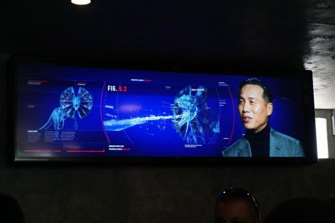 華裔演員黃榮亮(BD Wong)在片中出演的博士回歸,對新的遊覽項目進行解說。(記者馬雲/攝影)