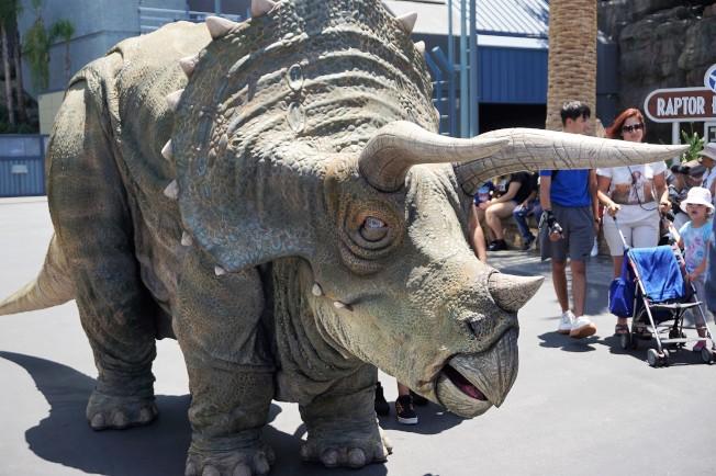 「侏羅紀世界之旅」逼真的可運動恐龍與遊客互動。(記者馬雲/攝影)