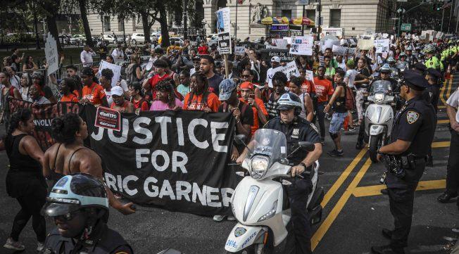 非洲裔男子加納遭白人警察潘塔利奧鎖頸致死案,因司法部宣布不起訴潘塔利奧,引發群眾走上街頭抗議。(美聯社)