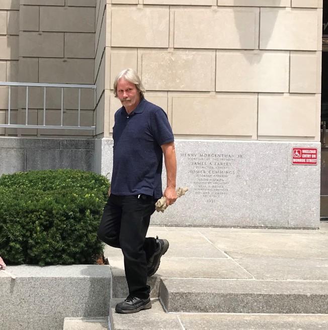 被告父親17日中午步出法院。(特派員黃惠玲╱攝影)