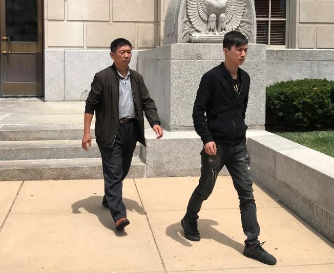 章榮高(左)、章新陽(右)17日步出法院。(特派員黃惠玲╱攝影)