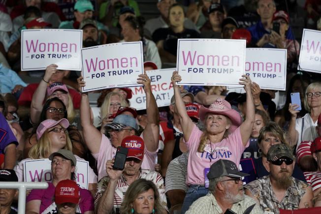 川普17日到北卡羅萊納州格林維爾競選造勢,現場支持者舉牌歡迎。(路透)