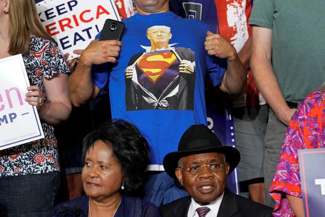 川普17日到北卡羅萊納州格林維爾競選造勢,現場有支持者川上將川普畫成超人的T恤。(路透)
