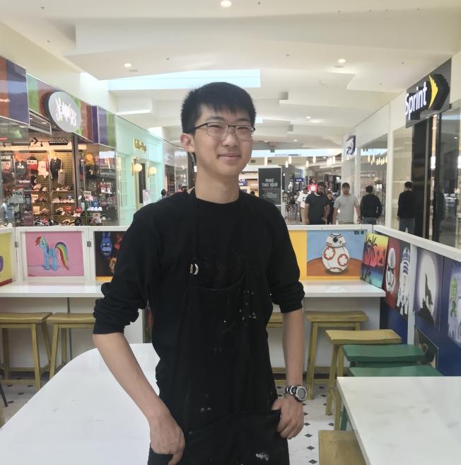 胡元和兼職做畫畫老師。(記者梁雨辰/攝影)