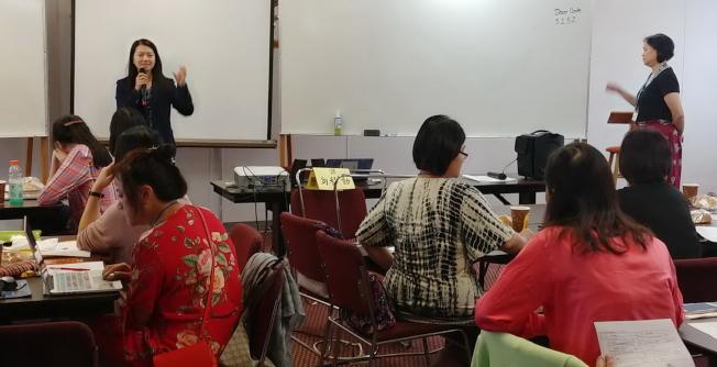僑務秘書吳佩芬(左)在佛州暑期教師研習會上致詞,感謝老師們不辭辛勞,為海外華文教育努力。(圖:吳妙慧提供)