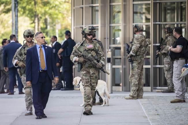墨西哥大毒梟「矮子」古茲曼17日被判終身監禁再加30年徒刑,由於他在墨西哥曾兩度逃獄,紐約東區聯邦法院如臨大敵。(Getty Images)