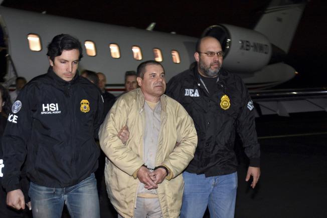 墨西哥大毒梟「矮子」古茲曼被判終身監禁再加30年徒刑,圖為古茲曼2017年押送到美國的資料照片。(美聯社)