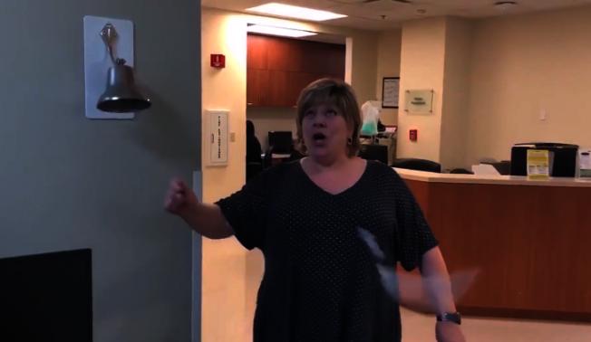 女子經過30次的放射治療後證實癌細胞已經全部除清,她在敲醫院的「無癌鐘」時力量太大,竟然把鐘錘扯斷,醫院把那段影片放上網路後引發瘋傳。(取自FOX電視台)