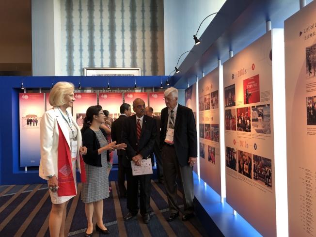 嘉賓們觀賞「跨越太平洋的交流與合作——上海紀念中美建交40週年」圖片展中精彩、珍貴的圖片。(中美建交40週年圖片展主辦單位提供)
