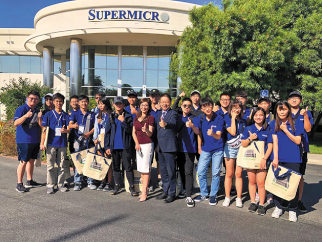 世界日報主辦的2019年矽谷科技夏令營訪問美超微,社長駱焜祺(前排右六)到場致意。(記者李榮/攝影)