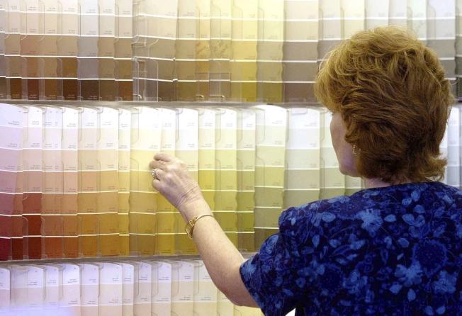 全美多家主要油漆供應商同意以總額3億500萬元和加州和解,結束20年訴訟。圖為一名顧客在俄亥俄州一間Sherwin-Williams商店比較漆色。(美聯社)