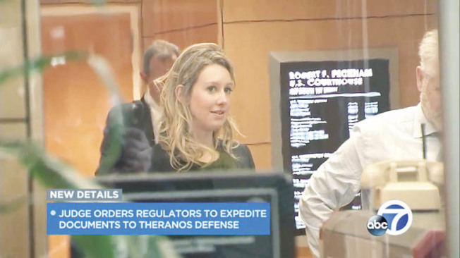 被控詐騙的驗血公司Theranos創辦人荷姆斯17日現身聖荷西聯邦法院。(電視新聞截圖)