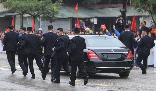 金正恩搭乘的賓士以及被戲稱為北韓版防彈少年團的隨扈。路透