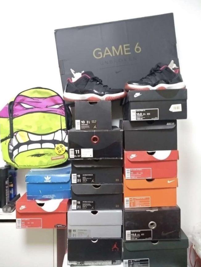 一名炒鞋玩家收藏的潮鞋。 (新京報)