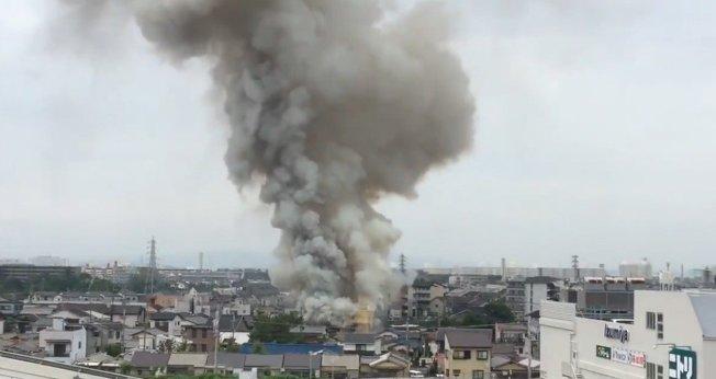 日本動畫製作公司「京都動畫」位於京都市伏見區的工作室今天傳出火警,建築物幾乎全毀,多人受傷。 (取材自推特)