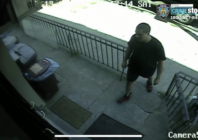 該男子涉嫌模式搶劫瑞吉屋兩家店,遭到警方通緝。(紐約市警提供)