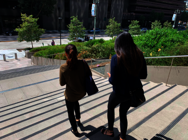 Samantha Wang(後)和母親走出法庭。(記者張越/攝影)