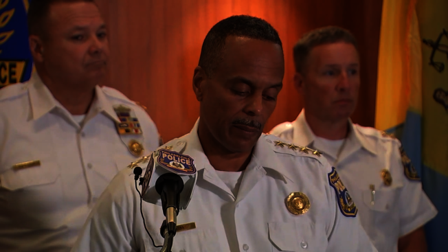 費城警長Richard Ross(中)宣布開除13名警察。(ABC電視台)