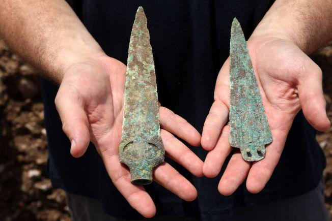 考古學家在遺跡中一座戰士墳墓挖到的陪葬品,一個青銅製矛頭及匕首。Getty Images