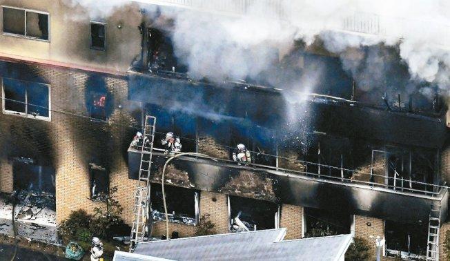日本京都的「京都動畫」公司18日遭一名男子縱火,消防隊費時5小時才將火勢撲滅。路透