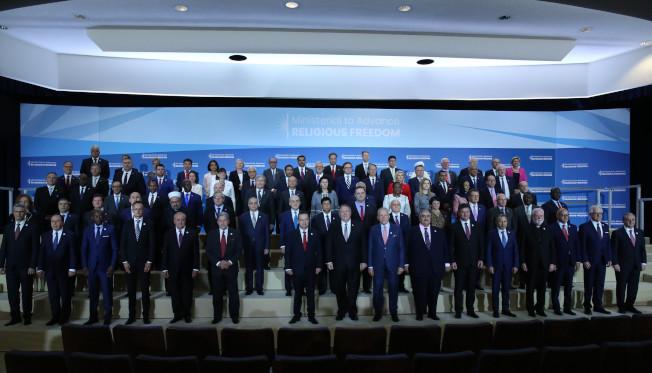 美國國務卿龐培歐18日和參與第二屆「促進宗教自由部長級會議」的代表合影。圖/取自國務院網站