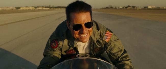 湯姆克魯斯在「捍衛戰士2」中再次展現帥氣丰采。圖/翻攝自YouTube