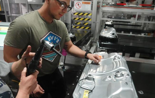 車用電池成本逐步降低,是發展電動車的基本條件。(美聯社)