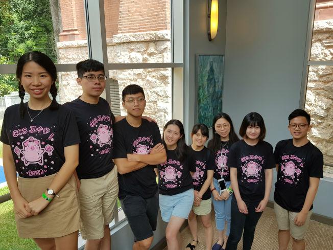 學員們前往美東南中華文化學校青少年夏令營營區,與學子們同樂。(記者閻尚恩/攝影)