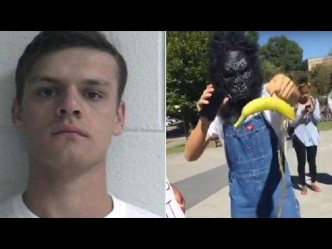2016年「黑人的命也是命」運動在東田納西州立大學集會,白人大一新生芮特克戴著黑猩猩面具,用類似吊人索的繩結綁著香蕉,在黑人示威群眾前面搖晃分送香蕉。(取自YouTube)