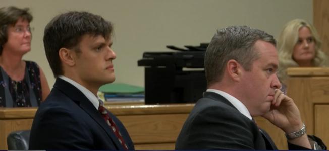 芮特克(左)和律師在法庭上聆聽宣判。(wjhl電視台截頻)