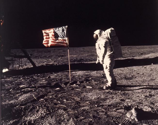 1969年7月20日阿波羅11號登月,太空人艾德林在美國國旗前面留影。(美聯社)
