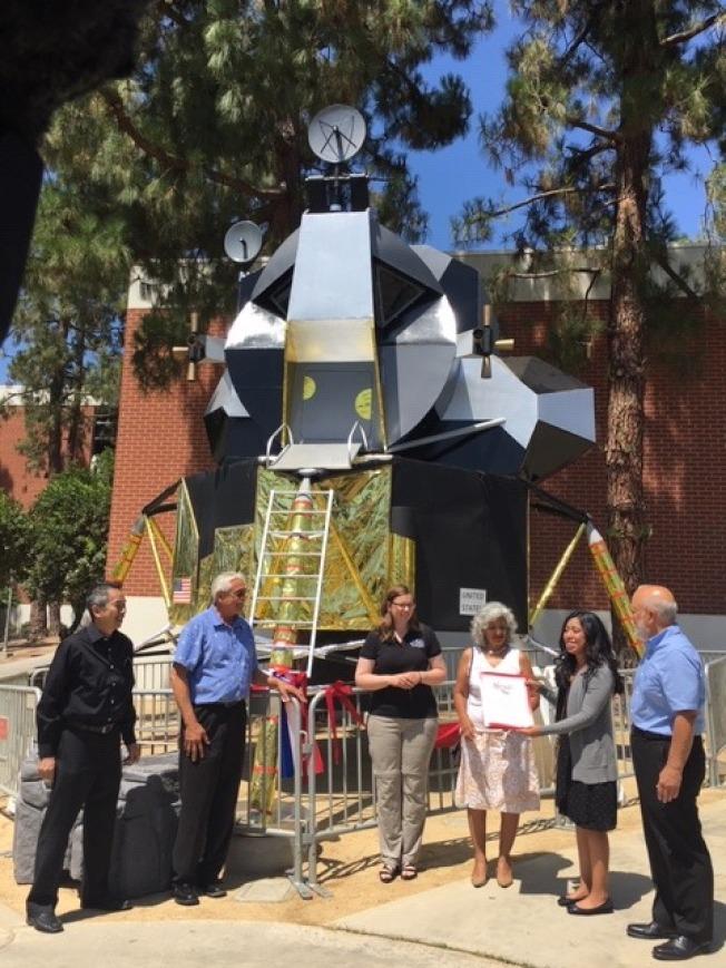 聖安東尼山社區學院(Mt. SAC)紀念人類登月50周年,師生花了六個月重現阿波羅11號登月車,18日在該校藍德爾天文館(Randall Plantarium)與民衆見面。左二為領導工作的Jim Uranga教授。(記者楊青/攝影)