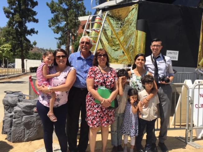 仿製阿波羅11號登月車小組領頭人Jim Uranga教授(左三)和前來參觀的部分家長和孩子合影。(記者楊青/攝影)